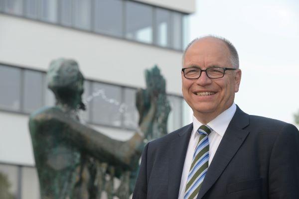 Bild von Bürgermeister Kündiger vor dem Brunnen auf dem Rathausplatz