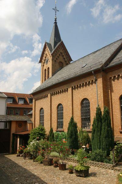 Ansicht Stadtkapelle in der Hauptstraße mit Pflanztöpfen vor dem Gebäude