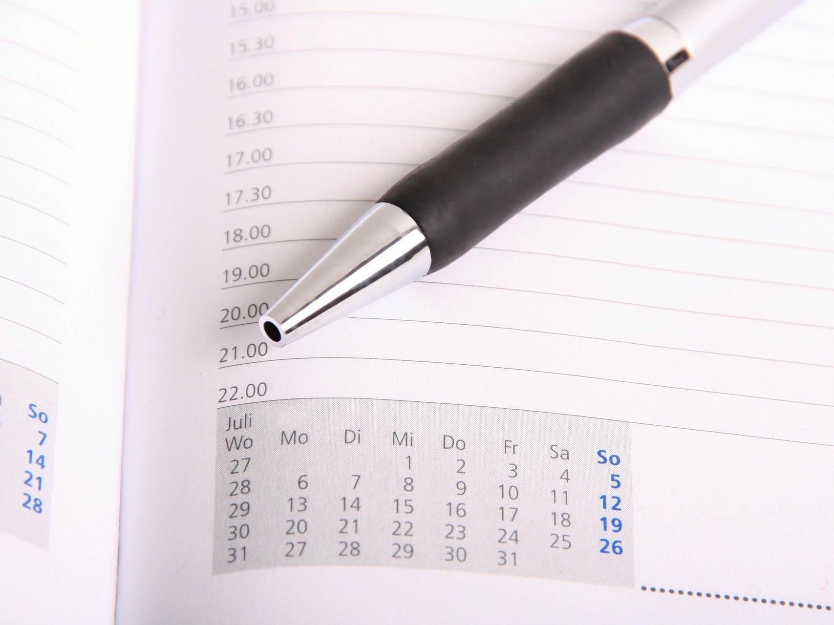 Abbildung Kalender mit Kugelschreiber